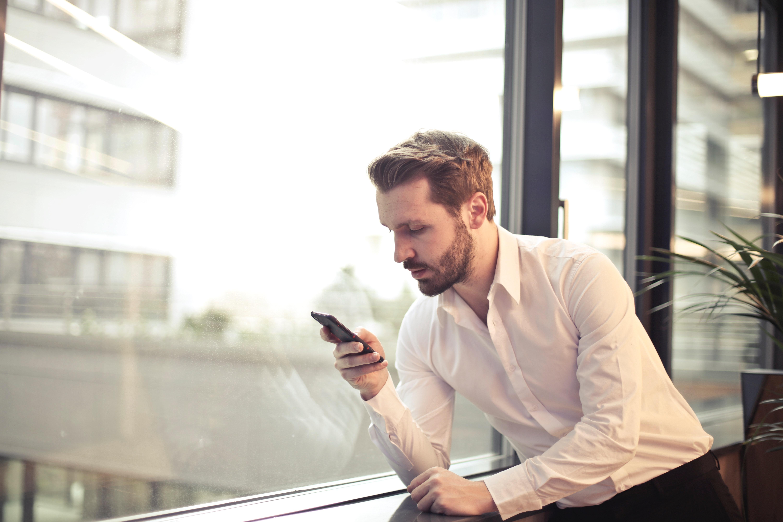 uomo con smartphone in mano